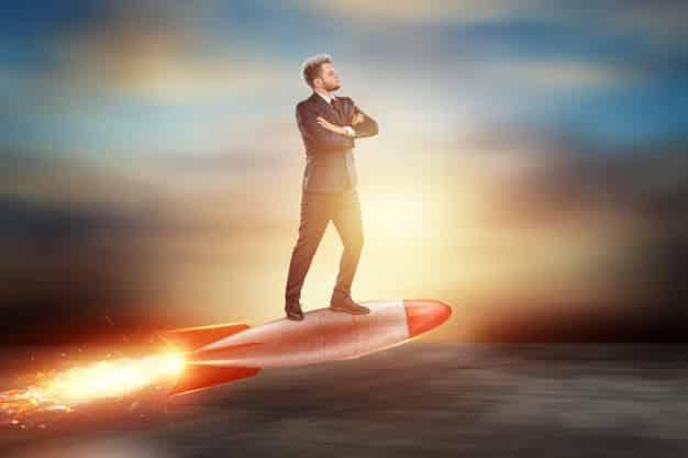 um homem em um terno de negocio um empresario voa para a frente em um foguete 99433 5127 - Veja como turbinar o e-commerce da sua empresa