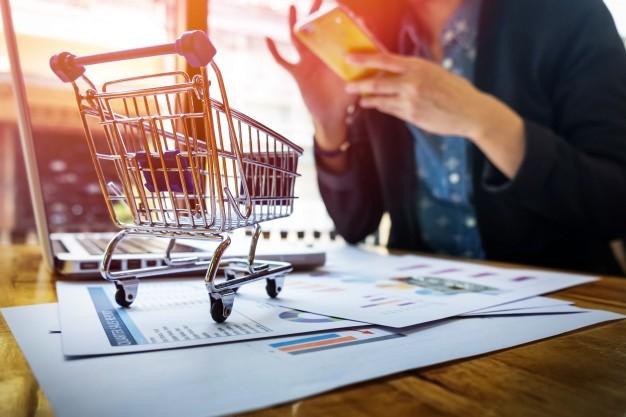imagem recortada da mulher que fornece informacoes sobre cartoes e chave no telefone ou laptop enquanto faz compras on line 1423 68 - Infraestrutura para um e-commerce de sucesso