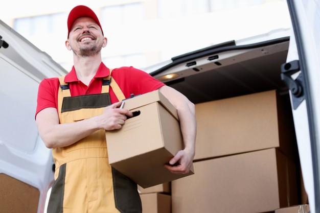 mensageiro sorridente segurando uma grande caixa de papelao 151013 19460 - Infraestrutura para um e-commerce de sucesso