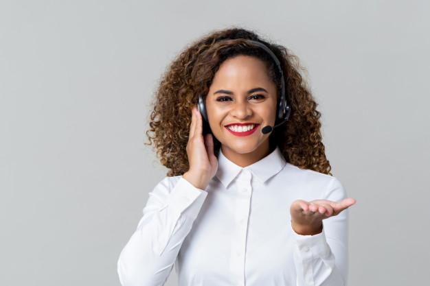mulher de centro de chamada alegre com fones de ouvido 8087 2405 - Infraestrutura para um e-commerce de sucesso
