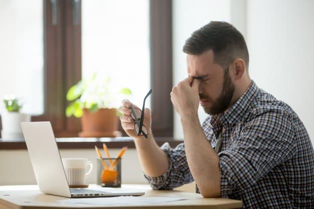 salientou o macho massageando a ponte do nariz sofrendo de dor de cabeca 1163 3988 - Planejamento evita falhas no seu e-commerce