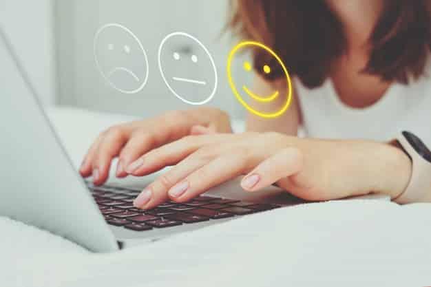 conceito de bom humor composto de emoticon e avaliacao a garota coloca notas na internet usando um laptop 102583 5455 - Conquiste a confiança do cliente no seu E-commerce
