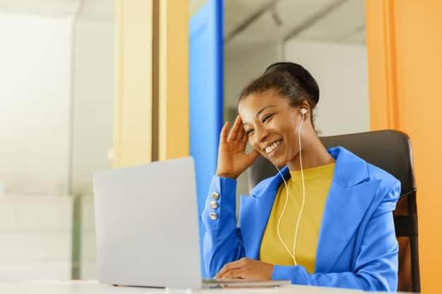 mulher de negocios em reuniao online 23 2148940744 - Conquiste a confiança do cliente no seu E-commerce