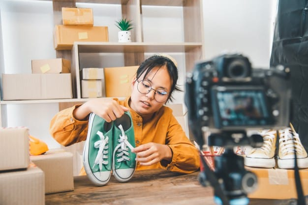 o proprietario de uma pequena empresa online esta trabalhando gravando transmissoes ao vivo analises de produtos e sapatos usados 11304 2148 - Conquiste a confiança do cliente no seu E-commerce